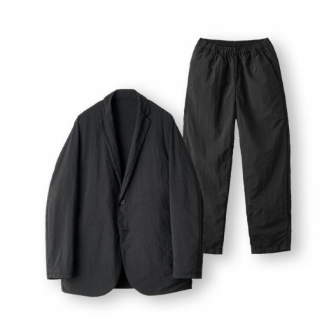 <テアトラ>ジャケット「WALLET JKT packable」66,000円、パンツ「WALLET PANTS packable」37,400円