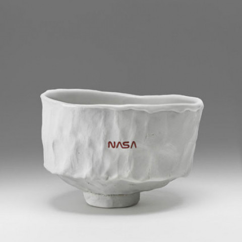 小山登美夫ギャラリー Tom Sachs 「I Woke Up Like This Hero Chawan」(2018) English porcelain, high fire reduction, Temple white glaze, NASA Red engobe inlay (TS-S-18-11), gold luster  h.8.5 x 12.4 x 13.5 cm © ️Tom Sachs
