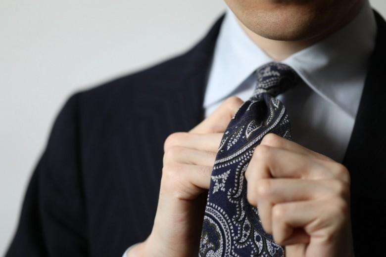 基本テクニックを伝授!美しく見せる、正しいネクタイの結び方。