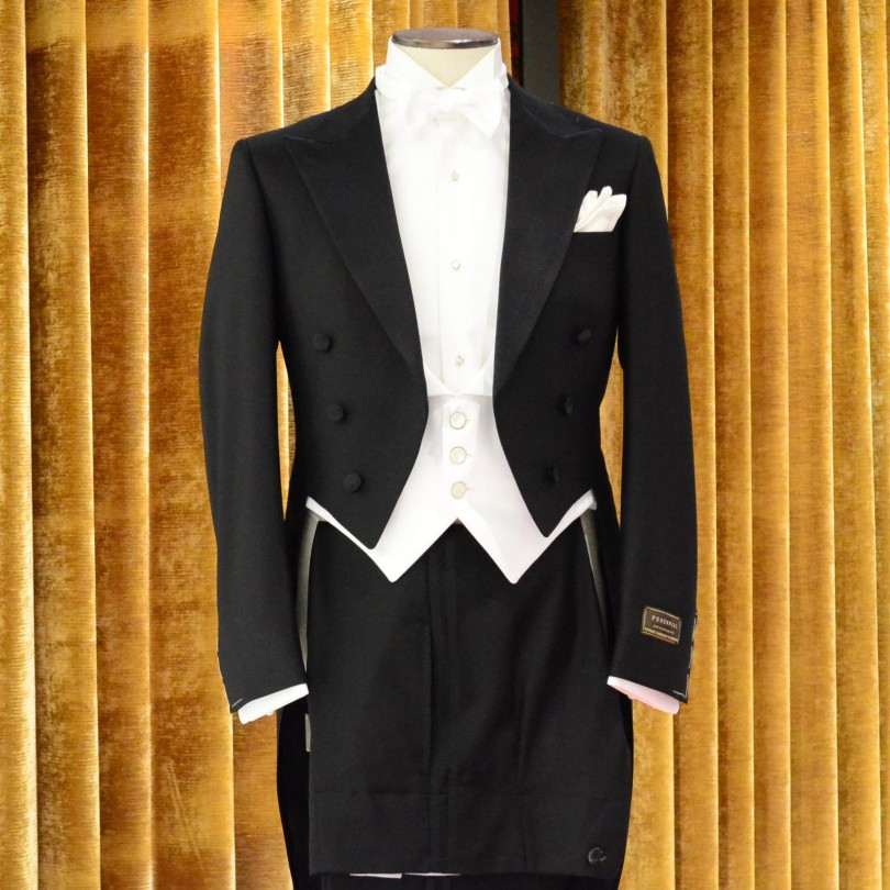 c4f14fb65893e7 燕尾服(えんびふく)は夜の正礼装です。公式の晩餐会・舞踏会・ノーベル賞・音楽会などで着用。招待状に『ホワイトタイ』の指定がある場合。格式の高い結婚式、披露宴で  ...